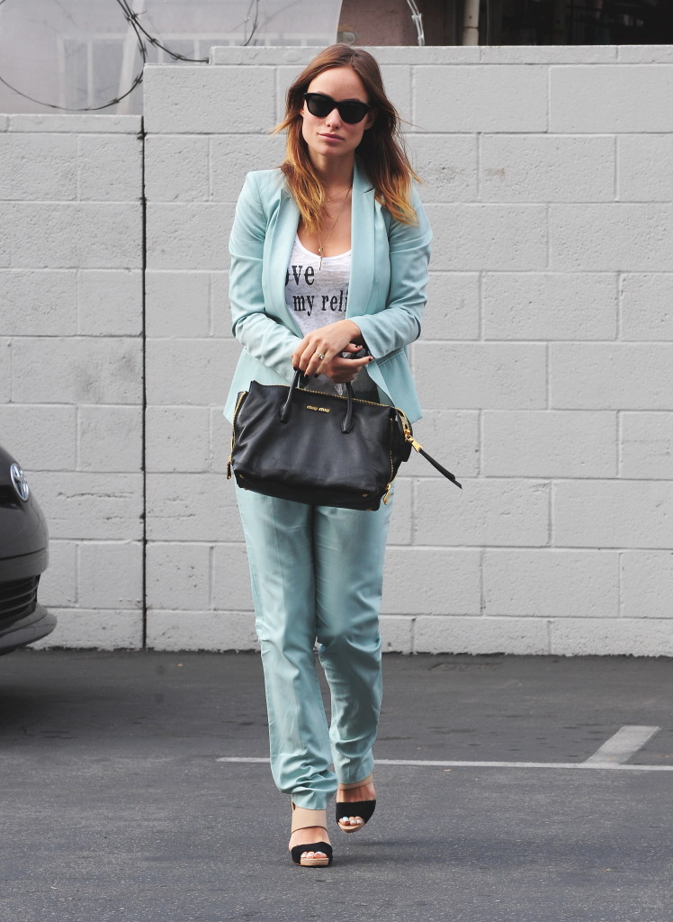 OLIVIA WILDE GOES TO LUNCH WITH SOME FRIENDS