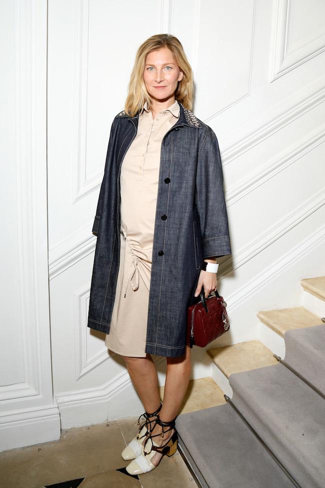 Elizabeth Von Guttman porte une robe en coton beige, manteau en jeans brodée souliers et sac Dior. Elizabeth Von Guttman is wearing a beige cotton dress, a jean embroidered jacket shoes and bag Dior.