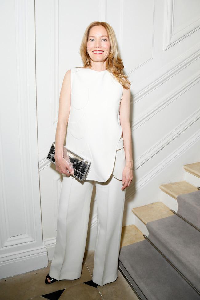 Lucie de la Falaise porte un ensemble en crêpe de soie et laine écru, souliers et sac Dior. Lucie de la Falaise is wearing a off white crepe silk and wool suit, shoes and bag Dior.