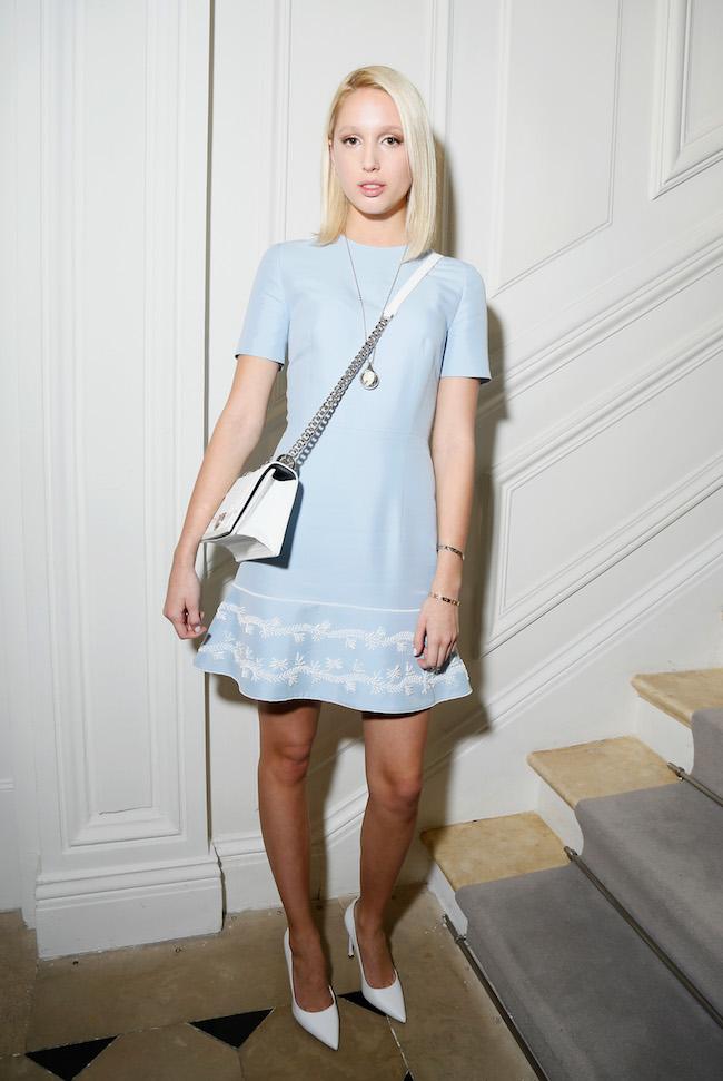 Maria Olympia de Grèce porte une robe en coton brodée bleu ciel, souliers et sac Dior. Maria Olympia de Grèce is wearing a light blue embroidered cotton dress , shoes and bag Dior.