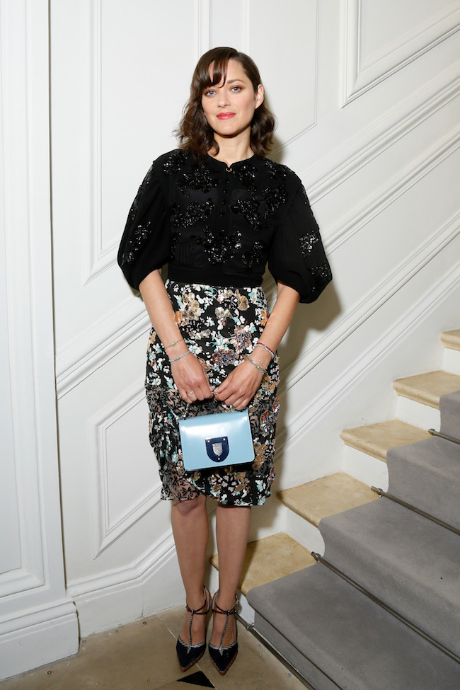 Marion Cotillard porte une robe en laine et soie imprimée brodée, souliers et sac Dior. Marion Cotillard is wearing an printed and embroidered wool and silk dress, shoes ans bag Dior