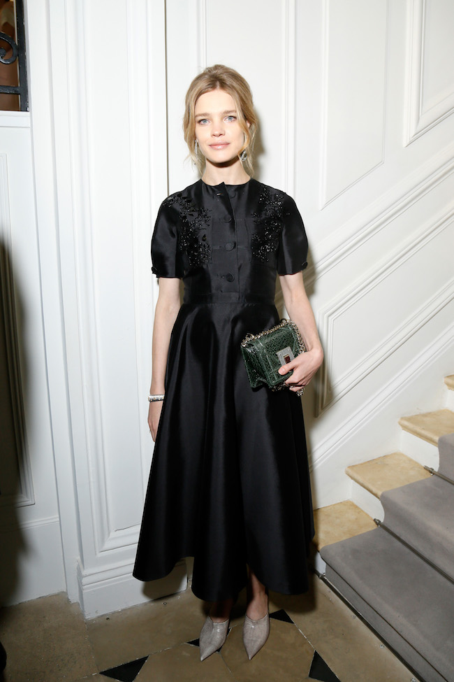 Natalia Vodianova porte une robe en faille brodée noir, souliers et sac Dior . Natalia Vodianova is wearing a black faille embroidered dress, shoes and bag Dior.