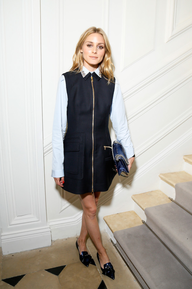 Olivia Palermo porte une chemise brodée bleu, une robe en coton bleu marine et un sac Dior. Olivia Palermo is wearing an lilght blue embroidred shirt, blue navy cotton dress and bag Dior.