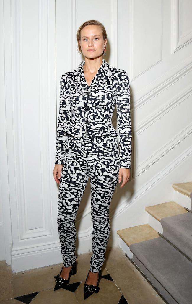 Olympia Scarry porte une veste et pantalon en jacquard léopard noir et blanc et souliers Dior. Olympia Scarry is wearing a black and white leopard jacquard jacket and shoes Dior.