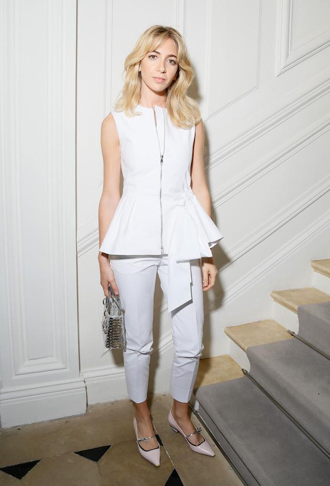 Sabine Getty porte un ensemble en coton blanc, souliers et sac Dior. Sabine Getty is wearing a white cotton suit, shoes and bag Dior.