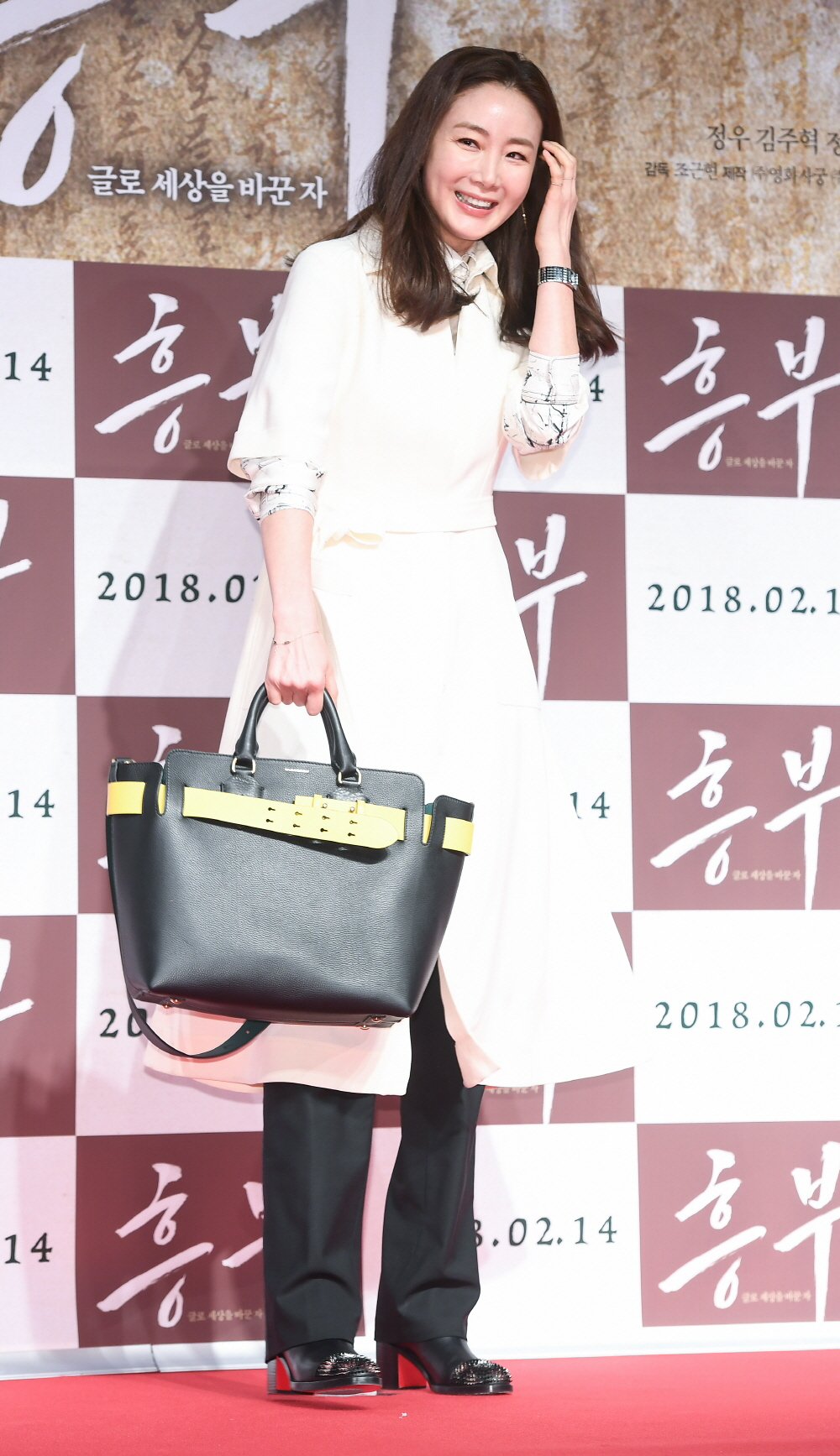 d2a189be4ccd33 3 reasons why celebrities use Burberry Belt Bag | ZOE Magazine